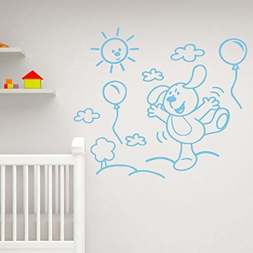 IDEAVINILO - vinilo decorativo infantil de perrito jugando con gobos en el campo, con un árbol, cuatro nubes y un sol. Medida: 90x 55 cm
