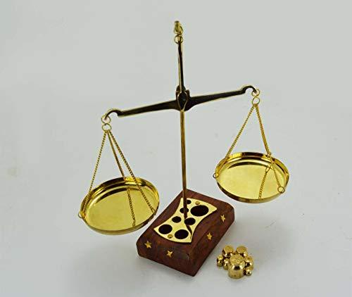 Báscula de latón para equilibrio, diseño de derecho, estilo nuevo, de latón funcional, con una caja base de madera y juego completo de pesas. Ideal para decoración y pesaje de objetos pequeños como joyas y gemas. La escala mide 17,78 cm de altura y e...