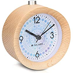 Navaris Réveil Matin Silencieux - Horloge réveil Bois Clair à Aiguilles avec Fonctions Heure Alarme Snooze lumière - Cadran Flocons de Neige Noël