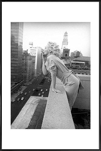 """JUNIQE® Bild mit Rahmen 20x30cm Schwarz & Weiß Marilyn Monroe - Design """"Marilyn Monroe in New York, 1955"""" (Format: Hoch) - Wandbilder, Gerahmte Bilder & Gerahmte Poster von unabhängigen Künstlern - Marilyn Monroe Kunst - entworfen von Vintage Photography Archive"""