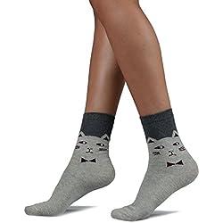 Calcetines de tobillo gris claro, cara de gato marrón y lazo con tapa gris oscuro