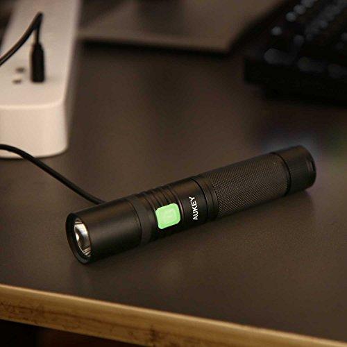 AUKEY Taschenlampe CREE LED, wiederaufladbar mit 2600 mAh AKKU, starkes Licht von 960 Lumen, IPX7 Wasserdicht, 4 Helligkeitsstufen und Stroboskop für Outdoor Sport (LT-SET6) - 4