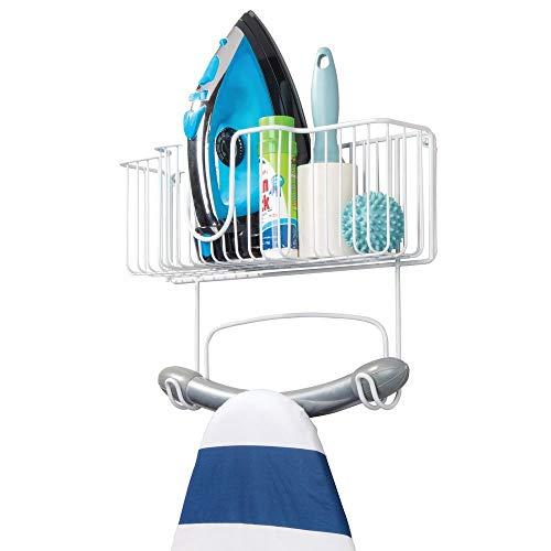 mDesign Bügelbretthalterung zur Wandmontage – Bügelbrett Aufbewahrung mit Ablage für Bügeleisen & Co. – kompakte Wandaufhängung für die Waschküche aus Edelstahl – weiß