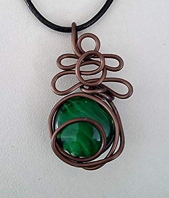 Pendentif fil aluminium marron et perle verte