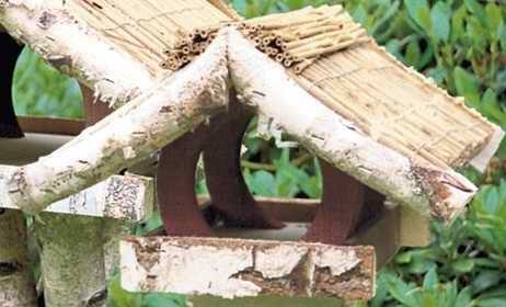 """Vogelfutterhaus mit Reetdach """"Ferienhaus klein"""" mit Reetfirst incl. Birkenständer leicht - 2"""