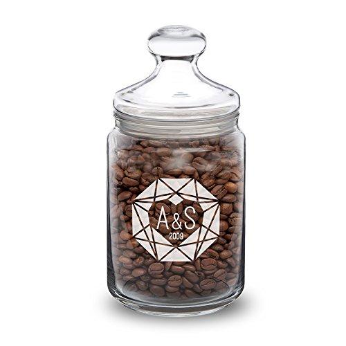 Casa Vivente - Bonbonglas mit Gravur - Herz Diamant - Personalisiert mit Initialen und Jahreszahl - Bonboniere aus Glas mit Deckel - Vorratsglas für Süßigkeiten, Kaffee und Müsli - Geschenk-Idee