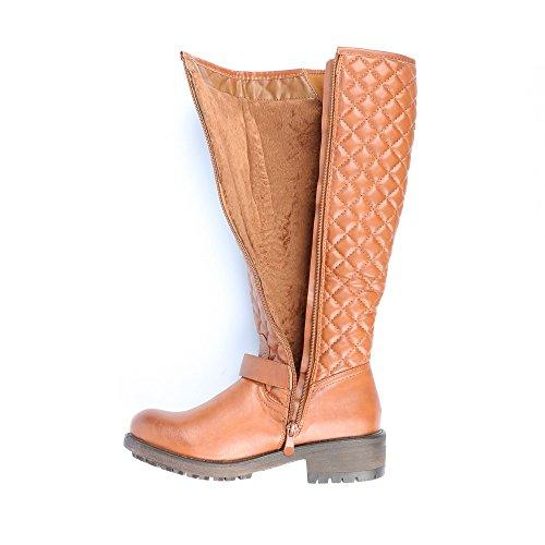 Ideal Shoes–Stivali classici imbottiti decorati di ceinturons Benedicta Cammello