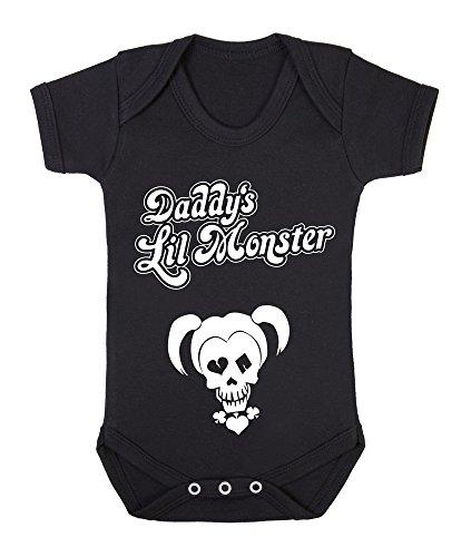 """(Baby-Body mit englischsprachigem Aufdruck """"Daddy's Lil Monster"""" (Deutsch: Papas kleines Monster), Motiv: Harley Quinn (DC Comics-Figur, bekannt als Joker-Freundin aus der Batman-Reihe) schwarz Schwarz  3-6 Monate)"""