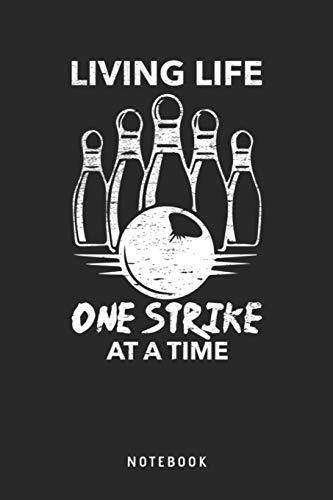 Living Life One Strike At A Time Notebook: A5 Blanko Notizbuch und Taschenbuch für Freunde oder Familie • Ein lustiges Geschenk für jeden passionierten Bowlingspieler