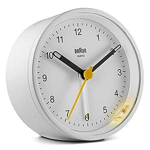 Braun Klassischer analoger Wecker mit Schlummerfunktion und Licht, ruhiges Quarzuhrwerk, Crescendo-Alarm in Weiß, Modell BC12W