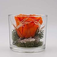 Centro de mesa pequeño con una rosa naranja en un vaso-arreglo floral con una rosa natural preservada