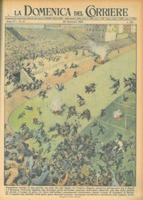 Folla che assisteva all'incontro tra il Napoli e il Bologna, ritenendo ingiusta la decisione dell'arbitro, invade il campo.