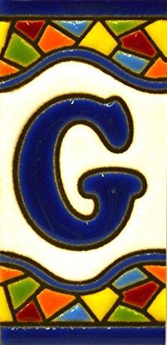 Insegna con numeri e lettere fatte di piastrelle di ceramica policroma, dipinte a mano con la tecnica