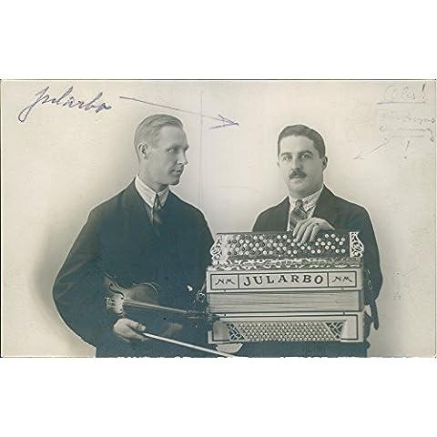 Vintage foto de Carl Jularbo Holding su acordeón, un hombre piensa en él.