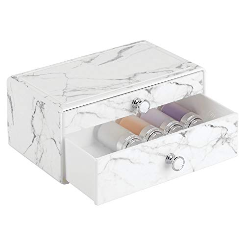 mDesign stapelbare Schminkaufbewahrung für Wasch- oder Schminktische - Aufbewahrungsbox mit 2 Schubladen aus Kunststoff für Make-up - Kosmetik Organizer mit Knauf und Marmormuster - weiß und grau