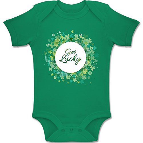 Shirtracer Anlässe Baby - Get Lucky Kleeblatt Glück St. Patrick's Day - 12-18 Monate - Grün - BZ10 - Baby Body Kurzarm Jungen Mädchen (Lucky 13 Kleidung Kinder)