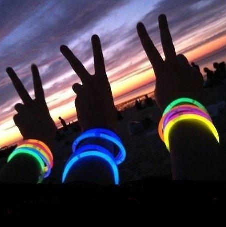 Imagen de pack fiesta glow pulseras, collares, gafas, pulseras triples, orejas conejo, pendientes, flores, bola luminosa  224 elementos alternativa