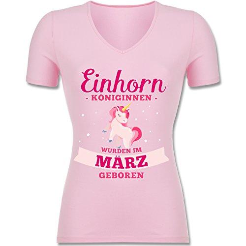 Shirtracer Geburtstag - Einhorn Königinnen Wurden IM März Geboren - Tailliertes T-Shirt mit V-Ausschnitt für Frauen Rosa