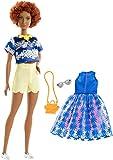Mattel Barbie - Fashionistas Puppe und Mode Geschenkset, im blauen Oberteil, mit Blumenmuster, mit gelber Kette
