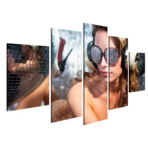 bilderfelix® Bild auf Leinwand atemberaubende sexy Disco Frau mit Kristall bedeckt Sonnenbrille stellt auf einem Bett, umgeben von Discokugeln Wandbild, Poster, Leinwandbild NWU