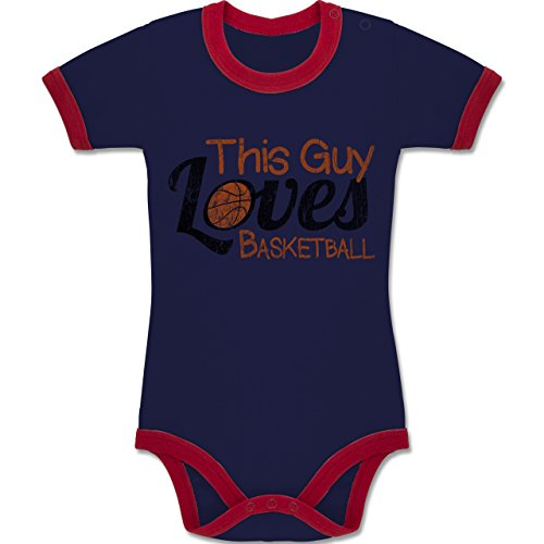 Basketball - This Guy loves Basketball - Vintage look - 12-18 Monate - Navy Blau/Rot - BZ19 - Baby kurzarm Ringer Kontrast Body Strampler (Basketball-ringer)
