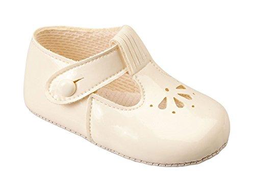 Baby Kinderwagen-Schuhe mit ausgestanztem Blütenmuster, mit T-Riemen, hergestellt in England von Early Days Baypods–alle Farben für Jungen und Mädchen Elfenbeinfarben glänzend