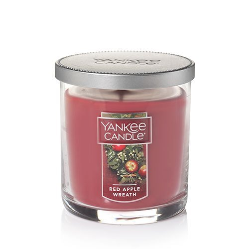 Yankee Candle Decor SMALL Pillar RED Apple Wreath Duftkerze, Glas, rot, 8.3 x 8.3 x 8.7 cm (Apple Candle Wreath Yankee Red)