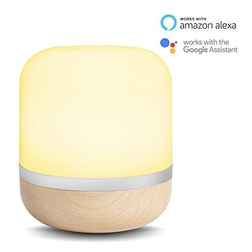 Smarte LED-Tischleuchte Hero von WiZ; WLAN-schaltbar. Holzfarben. Dimmbar; 64.000 Weißschattierungen + 16 Mio. Farben. Kombinierbar mit Amazon Alexa und Google Home.