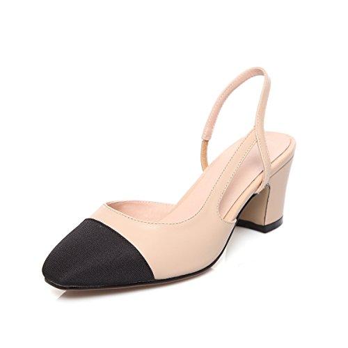 La signora di colore di periodo con le scarpe in sandali di cuoio spessi con piccole scarpe nere beige