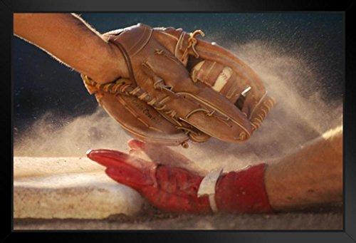 Poster Baseballspieler Sliding In to Base Being Tagged Out Close Up Foto, Kunstdruck, schwarzer Holzrahmen, 50,8 x 35,6 cm -