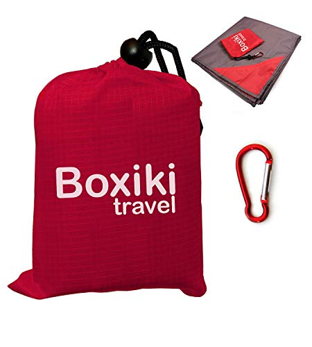 Boxiki Travel Kompakte Wasserabweisende Taschen-Stranddecke Handliche Leichte zusammenfaltbare Plane mit rotem Beutel für unterwegs. Picknick Camping Decke für draußen mit Clip zum einfachen anbr - Tragbare Heizung Matte