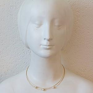 Weißes Perlen Collier vergoldet - dreireihig - biegsame, weiche Hals Reife - Damen - handgearbeiteter Designer Schmuck von Silber&Stein