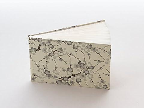 Tagebuch, Notizbuch, 22,5 x 15 cm (ca. DIN A5) aus japanischem Chiyogami und hochwertigem Rivoli. Innenteil: 96 Seiten, 48 Blatt, sehr hochwertiges Schreibpapier, auch für Füller und Feder bestens geeignet.