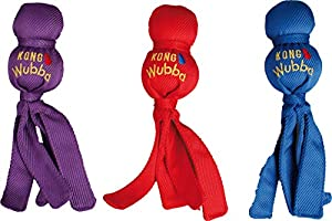 KONG Wubba Der KONG Wubba ist ein wunderbares Motivations- und Wurfspielzeug. Zwei verschieden große Bälle sind mit einem äußerst strapazierfähigem Baumwollstoff überzogen. Die Quitsche und die langen Flatterbänder machen den KONG Wubba bei Hunden se...