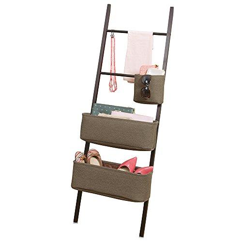 mDesign Estanteria de escalera en bambu – Flexible mueble auxiliar con cestas de tela y ganchos – Sin taladro – Espacio extra para ropa, zapatos, complementos y bolsos – Madera oscura / marrón