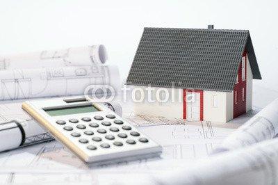 """Alu-Dibond-Bild 140 x 90 cm: """"Architekturmodell, Taschenrechner und Baupläne"""", Bild auf Alu-Dibond"""