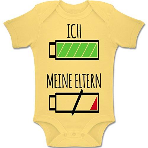 Shirtracer Strampler Motive - Ich und Meine Eltern Batterie - 6-12 Monate - Hellgelb - BZ10 - Baby Body Kurzarm Jungen Mädchen -