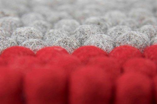 Topfuntersetzer quadratisch aus Filz in modischem Design, 20 cm in vielen Farben zum Aussuchen. Handgefertigt mit Filzkugeln aus reiner Merinowolle zum Schutz Ihrer Möbel und als dekorativer Hingucker. Langlebig und in bester 8-Natur Qualität (grau – rot)