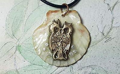 Bijou celtique/viking/wicca, pendentif, croix celte en bronze-or, perles d'eau douce blanches -violette, petite coquille saint Jacques, résine transparente, cuir noir