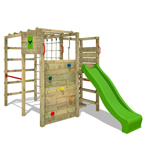 This large playground is ready for every activity you can think of, whether wall climbing, wavy sliding or ball games.