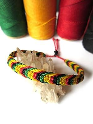 Bracelet brésilien/amitié/couleur rasta/reggae/Jamaïque/en fil vert jaune rouge et noir tissé/tressé main en macramé avec du fil ciré et ajustable Réf.3PPrasta