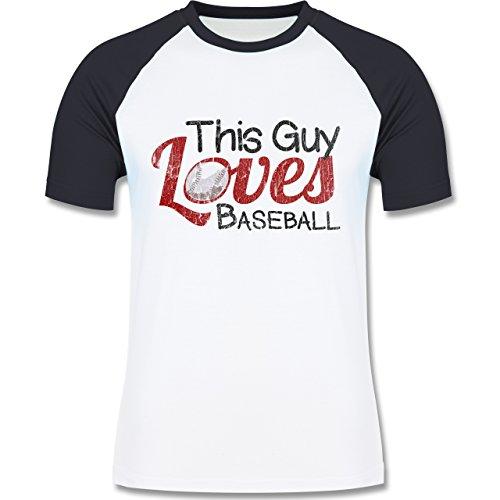Baseball - This Guy loves Baseball - Vintage look - L140 Männer Raglan Baseball Shirt Weiß/Navy Blau