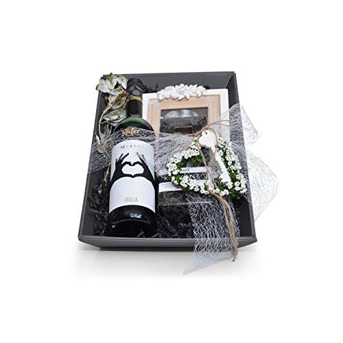 Geschenkkorb Herz mit Wein Hochzeit wird auf Wunsch mit Ihren persönlichen Grüßen versendet!