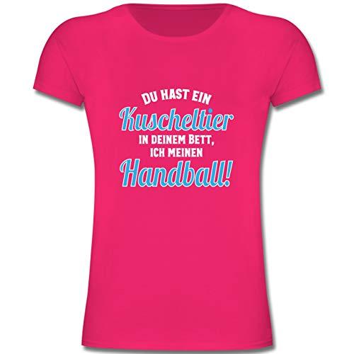 Handball WM 2019 Kinder - Du hast Dein Kuscheltier im Bett, ich Meinen Handball! - 152 (12/13 Jahre) - Fuchsia - F131K - Mädchen Kinder T-Shirt