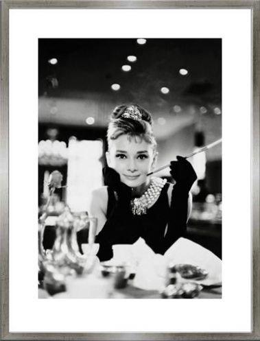 1art1 Audrey Hepburn Poster Kunstdruck und MDF-Rahmen Holzoptik Zinn-Silber - Frühstück Bei Tiffany S/W (80 x 60cm)