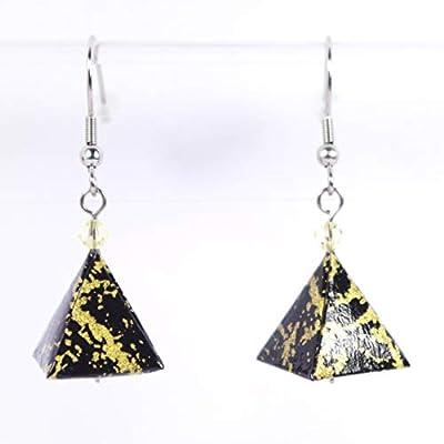 Boucles d'oreilles pyramides origami dorées sur fond noir - crochets inox