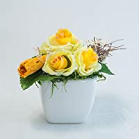 Kleines Tischgesteck mit gelben Röschen in weißer Keramik-Tischdeko mit künstlichen Blumen