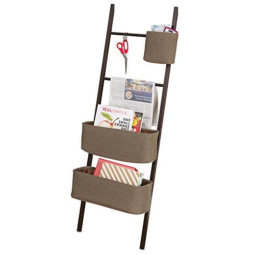 mDesign Estanteria de escalera en bambu – Sin taladro – Mueble auxiliar con cestas de tela, perfecto como organizador de escritorio para agendas, archivadores y cuadernos – Madera oscura / marrón