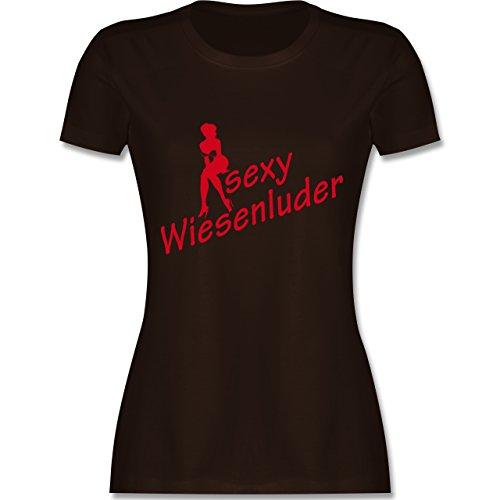 Oktoberfest Damen - Sexy Wiesn Luder sitzend - tailliertes Premium T-Shirt mit Rundhalsausschnitt für Damen Braun