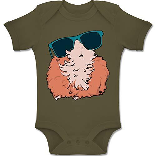 Shirtracer Tiermotive Baby - Meerschweinchen mit Sonnenbrille - 6-12 Monate - Olivgrün - BZ10 - Baby Body Kurzarm Jungen Mädchen